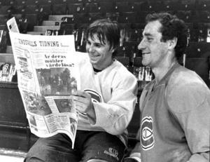 Mats Näslund valdes år 1979 av Montreal Canadiens. Där blev han sedermera en omtyckt och stor spelare, då han gjorde 651 matcher för klubben. Här ses han läsa Sundsvalls Tidning för den kanadensiske lagkamraten Bob Gainey.