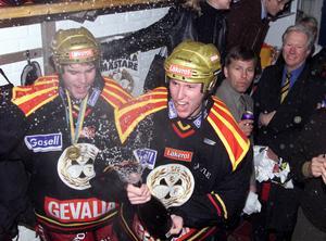 Johan och Johan. Asplund och Holmqvist var Brynäs unga backpar i slutspelet 1999. En viss Mats Näslund ser på i bakgrunden.
