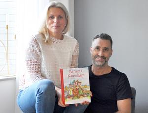 Emelie  Sjölander är uppväxt i Södertälje men bor nu tillsammans med maken Andréas och sina två barn i Kalmar.