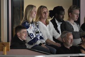 Tobias Forsberg med familj under välgörenhetsishockeymatchen för Tobias Forsbergs fond. Foto: Nisse Schmidt/TT
