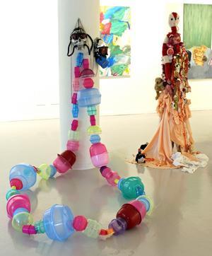 Susanne Torstensson har gjort ett jättelikt halsband av plastbunkar.