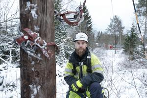 Anders Larsson, linjemontör från Herrljunga, är en av alla som har intensiva arbetsdagar på Håtö. Med specialskor klättrar han snabbt upp för stolpar för att fästa elkablar.