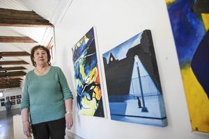 Britt Sjögren är engagerad i föreningen Konst och hantverk i Nynäshamn. Kostverken på bilden är från en tidigare utställning. Foto: Henrik Lindstedt