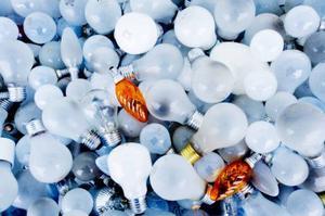 Glödlampor för återvinning. Det mesta av avfallet sorteras och återvinns.