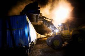 Rickard Andersson lastar biobränsle på tågets 69 containrar fördelade på 23 vagnar, vilket tar ungefär fem timmar. Tåget gick sedan till Ånge i går kväll och vidare till Västerås i dag. Foto: Håkan Luthman