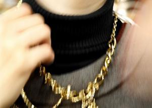 Polisen jagar nu en ungdomsliga som specialiserat sig på att rycka halskedjor från offer. en av dem distraherar offret meden kamraten rycker åt sig helskedjan. Bilden är arrangerad.