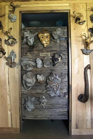 Innerdörren från Lennarts stuga har flyttats till Ålsjöstugan.