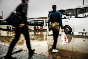 Kollektivtrafikförvaltningen vill höja busspriserna med 2,5 miljoner. På måndag avgör landstingsfullmäktige saken.