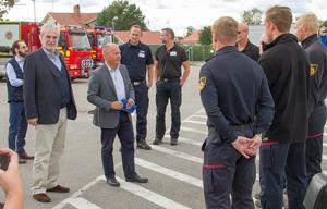 Morgan Johansson och EU-kommissionär Christos Stylianides besöker Färila. I bakgrunden Robert Strid och Patrik Åhnberg.
