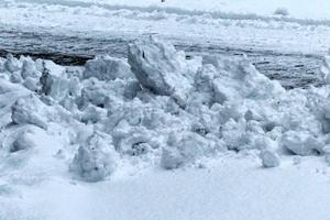 Vi fastighetsägare får inte lägga snö från våra tomter på kommunens gator. Hur kommer det sig att kommunen får lägga sin snö på våra in- och utfarter? Det undrar signaturen Karin i Härnösand.