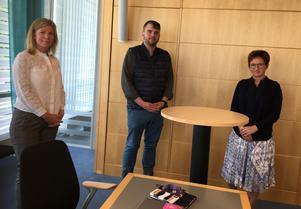 Chefscontroller Anna Hedén, nämndordförande Anders Karlsson och sektorchef Katarina Lindberg håller avståndet i coronatider.
