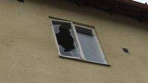 Det är ännu oklart vad som föranlett den höga smäll som hörts och vad som gjort att fönsterrutan i den aktuella bostaden gått sönder.