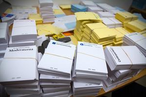 Kansliet förbereder allt material som ska finnas ute i röstningslokalerna, som informationsmaterial, valsedlar och valkuvert.