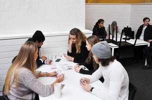 Antonio Hansen, Martina Herrström, Ellen Bromée, Alice Backlund och Isak Källman spelar kort i Lyan. De har inte märkt av någon större skillnad förutom att det är färre obehöriga där nu.