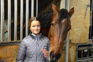 Michelle Cranning Hillgren med en av sina hästar, Calle.
