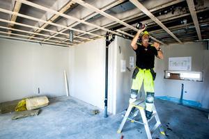 Bygget på Svartviksgatan i Hammerdal går enligt plan och inflyttning beräknas till årsskiftet. Snickaren Bernt-Göran Roos förbereder för innertaket i en av lägenheterna.