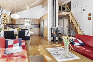 Köket är inrymt i villans stora rum. Foto: David Håkansson