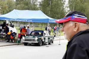 Runtom i Hällefors fanns många bra platser att få en titt på ekipagen när de var på väg ut och in från lunchen. I Ford Cortina GT:n satt Bengt-Göran Jonsson och Henrik Mellstig som kör för Teknis Motor Club.