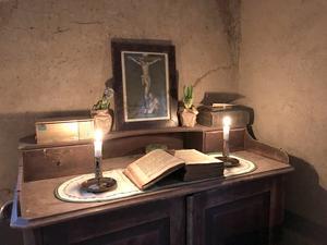 Hörn i köket, med bland annat den gamla familjebibeln från 1810 som hittades på vinden.