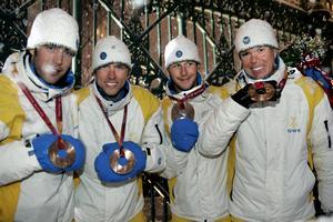 OS i Turin, 2002. Sverige har tagit brons i stafetten, 4x10 kilometer. Från vänster: Mats Larsson, Johan Olsson, Anders Södergren och Mathias Fredriksson. Foto. TT