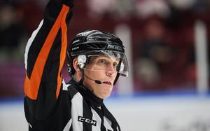 Domare Morgan Johansson under en ishockeymatch i SHL. Bild: Andreas Hillergren / TT