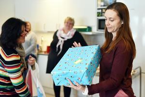 Inga-Lena Spansk delade ut paket till personalen i den nya förskolan som därefter delade ut paketen demokratiskt till barnen.