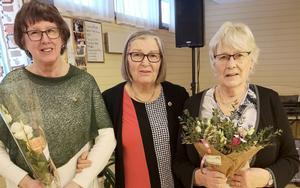 Agneta Andersson, till vänster, fick SKPF:s guldnål, i mitten ordförande Britt Wikman och till höger Sonja Ejenstam, som blev avtackad efter lång tid som förtroendevald. Foto: Anders Berggren
