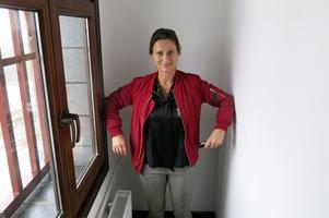Jenny Larsson mellan den gamla ytterväggen och den nya, påbyggnaden som Mr Li gjorde.