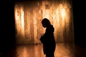 Konstnären Theresa Traore Dahlberg framför sitt verk