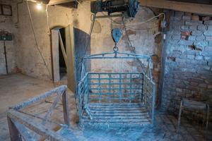Hissen till Tegelmagasinets lager-etage  fungerar fortfarande efter sisådär 50 år.