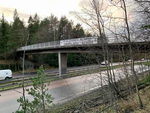 En banderoll satt uppspänd på en cykelbro över Norrleden. Bilden togs vid 15-tiden på måndagen. Banderoller sattes upp på flera andra platser, enligt uppgifter till polisen.