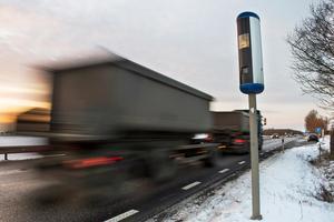 En man från Smedjebackens kommun har åtalats misstänkt för hastighetsöverträdelse. Han ska ha kört nio kilometer i timmen för fort med sin lastbil och fångats på bild av en fartkamera. OBS: Bilden föreställer en annan lastbil och fartkamera. Foto: Emil Langvad/TT