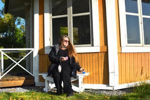 Fikafantasten Carin Theler har älskat Furusund i snart 40 år, men hon blev åretruntboende först för tre år sedan.