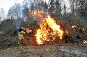 Utryckning. Brandkåren fick rycka ut, men inte för att släcka, utan för att hjälpa till och få fart på elden.