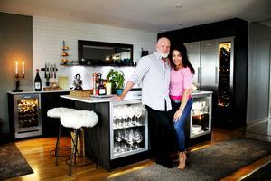 Alex Danielsson och Carina Isaksson Danielsson i sitt nyrenoverade kök på Lillåudden.