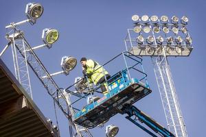 Belysningen på Jämtkraft arena har flyttats och förbättrats för att möta kraven vid HD-sändningar i TV.