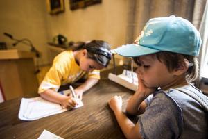Selma och Sam tecknar ritningar.