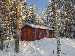 Fritidshus  inrett helt i trä vid Kättbosjön. Foto: Emma Tysk/ Länsförsäkringar Fastighetsförmedling