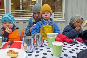 Under förskoleinvigningen fick 5-årige Arvid Davidsson-Möllervärn sällskap av pappa Olle Möllervärn. Sina tre första förskoleår har Arvid gått i en barack.