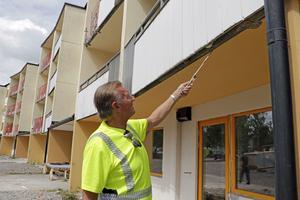 Bygget i Regnbågen fick en olycklig start, har tagit tid och blivit in-effektivt, konstaterar Bengt Asplund. Flera moment har släpat efter,  bland annat bytet av balkonger.