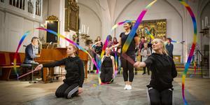 Dansgruppen Sorry no name och gospelkören Up yo you ger en färgstark konsert i Köpings kyrka på söndag. I förgrunden från vänster syns dansarna Eira Meva-Juomi, Matilda Hellquist, Emilia Sjögren och Li Pettersson. Foto: Lennye Osbeck