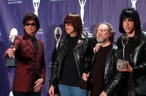 Ramones (från vänster) Dee Dee, Johnny, Tommy och Marky Ramone under ceremonin när de valdes in i Rock and Roll Hall of Fame 2001. Foto: Ed Betz/TT
