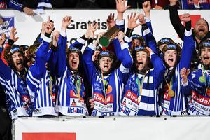 David Karlsson fick avsluta karriären med att lyfta SM-bucklan på Studenternas. BILD: Fredrik Sandberg/TT