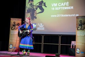Tanja Nordfjell inledde VM-caféet som arrangerades på Storsjöteatern på tisdagen med en jojk om Härjångsfjället.