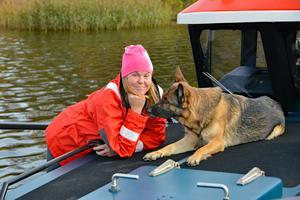 Linda Jansson, frivillig sjöräddare, tillsammans med schäfertiken Nita, fyra år som tränar för att bli sjöräddningshund.