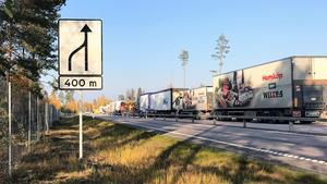 Långa köer av tung trafik som inte kan passera har bildats vid olycksplatsen.