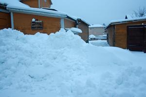 Bakom Brännaborg vilar en skaplig snöhög.
