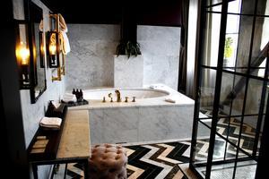Badrummet i Steam Hotels svit har industriella detaljer blandat med klassiska badrumsmöbler.