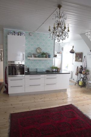 Marianne Rådbo gillar levande ljus, ljusstakar i kristall och favoritfärgen är turkos. Därför fick kökstapeten sitta kvar när paret flyttade in.