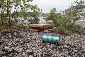 Mycket skräp ligger slängt i skogen runt kalkbrottet.
